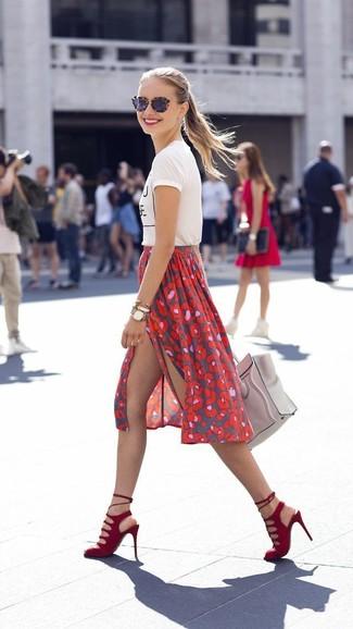 La versatilidad de una camiseta con cuello circular estampada en blanco y negro y una falda midi estampada roja los hace prendas en las que vale la pena invertir. Agrega sandalias de tacón de ante rojas a tu apariencia para un mejor estilo al instante.