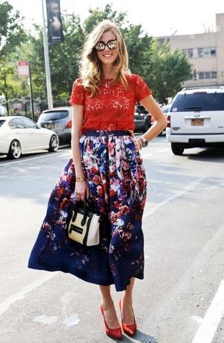 Cómo combinar: camiseta con cuello circular de encaje roja, falda midi con print de flores azul marino, zapatos de tacón de satén rojos, bolso de hombre de cuero en beige