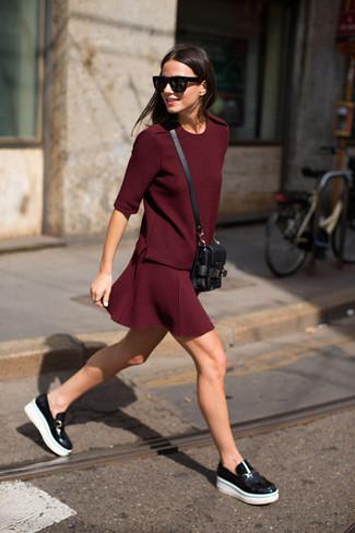 Si eres el tipo de chica de jeans y camiseta, te va a gustar la combinación de una camiseta con cuello circular burdeos de Lost & Found Rooms y una falda skater burdeos. Complementa tu atuendo con mocasín de cuero negros para destacar tu lado más sensual.