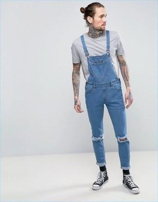 Cómo combinar: camiseta con cuello circular gris, peto vaquero azul, zapatillas altas de lona en negro y blanco, calcetines negros