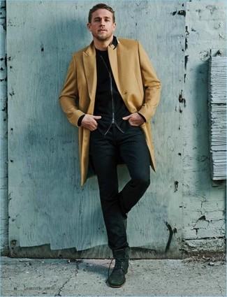 Cómo combinar: vaqueros negros, camiseta con cuello circular negra, jersey con cremallera negro, abrigo largo marrón claro