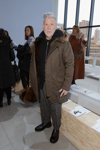 Combinar una parka en marrón oscuro: Casa una parka en marrón oscuro junto a un pantalón de vestir de lana en gris oscuro para las 8 horas. ¿Te sientes ingenioso? Dale el toque final a tu atuendo con botines chelsea de cuero negros.