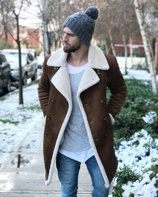 Combinar un gorro de punto gris: Opta por un abrigo de piel de oveja marrón y un gorro de punto gris transmitirán una vibra libre y relajada.