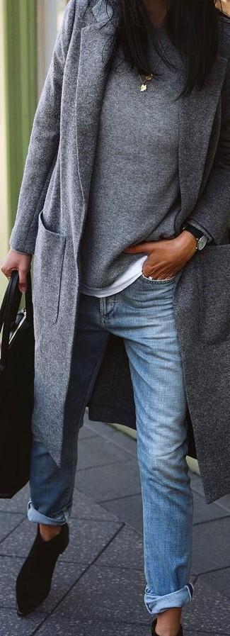 Cómo combinar: vaqueros boyfriend azules, camiseta con cuello circular blanca, jersey con cuello circular gris, abrigo gris