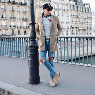 Cómo combinar: vaqueros desgastados azules, camiseta con cuello circular negra, jersey con cuello circular estampado gris, abrigo largo en beige
