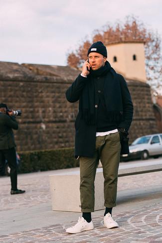 Combinar unos guantes de cuero negros: Intenta ponerse un abrigo largo negro y unos guantes de cuero negros transmitirán una vibra libre y relajada. Tenis blancos son una opción estupenda para complementar tu atuendo.