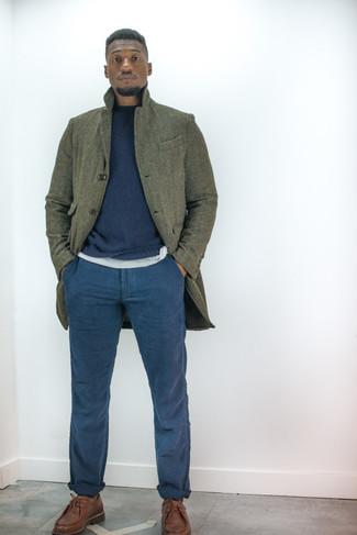 Combinar un abrigo largo verde oliva: Elige un abrigo largo verde oliva y un pantalón chino azul marino para las 8 horas. Haz zapatos derby de cuero marrónes tu calzado para mostrar tu inteligencia sartorial.