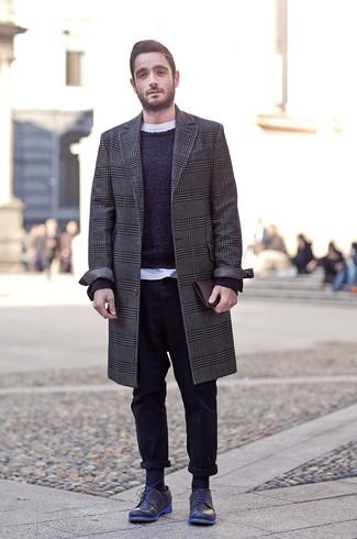 Outfits hombres: Si buscas un look en tendencia pero clásico, intenta ponerse un abrigo largo de pata de gallo en gris oscuro y un pantalón chino negro. Activa tu modo fiera sartorial y haz de zapatos derby de cuero azul marino tu calzado.