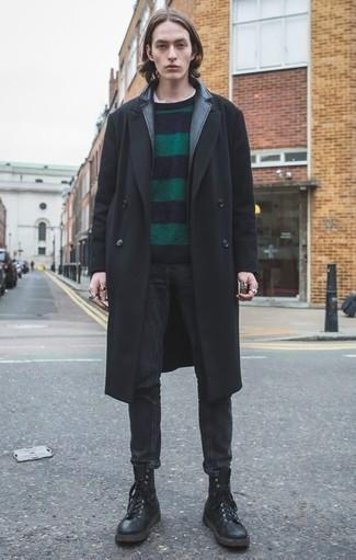 Outfits hombres en clima frío: Opta por un abrigo largo negro y unos vaqueros negros para lograr un look de vestir pero no muy formal. Botas casual de cuero negras son una opción inmejorable para complementar tu atuendo.
