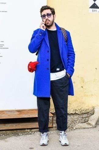 Combinar unas gafas de sol en violeta: Para un atuendo tan cómodo como tu sillón considera ponerse un abrigo largo azul y unas gafas de sol en violeta. Para el calzado ve por el camino informal con deportivas celestes.
