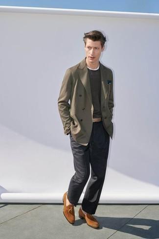 Combinar un mocasín con borlas: Emparejar un blazer cruzado verde oliva junto a un pantalón de vestir en gris oscuro es una opción excelente para una apariencia clásica y refinada. ¿Quieres elegir un zapato informal? Usa un par de mocasín con borlas para el día.