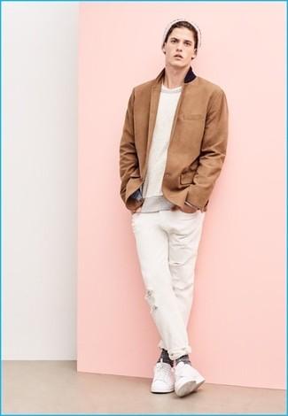 Cómo combinar: vaqueros desgastados blancos, camiseta con cuello circular blanca, jersey con cuello circular en beige, blazer marrón claro