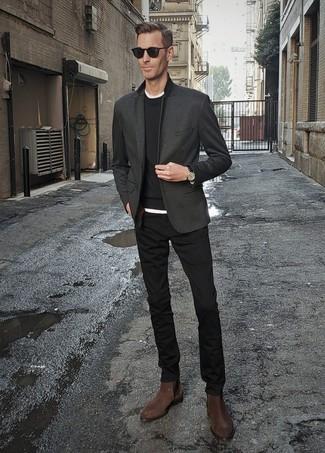 Combinar un blazer en gris oscuro en clima cálido: Emparejar un blazer en gris oscuro con un pantalón chino negro es una opción incomparable para un día en la oficina. Opta por un par de botines chelsea de ante en marrón oscuro para mostrar tu inteligencia sartorial.