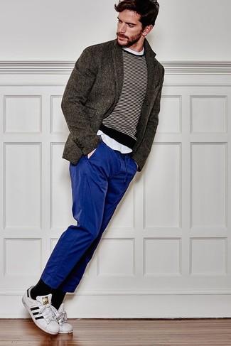 Combinar un blazer de lana en gris oscuro: Ponte un blazer de lana en gris oscuro y un pantalón chino azul para las 8 horas. Si no quieres vestir totalmente formal, usa un par de tenis de cuero en blanco y negro.
