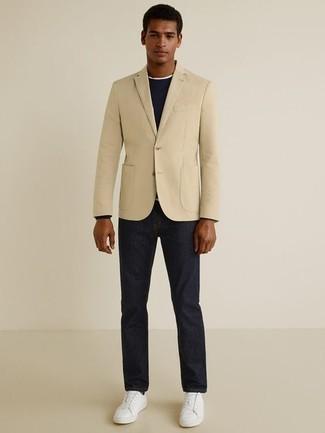 Outfits hombres: Elige un blazer en beige y unos vaqueros azul marino para las 8 horas. ¿Quieres elegir un zapato informal? Elige un par de tenis de cuero blancos para el día.