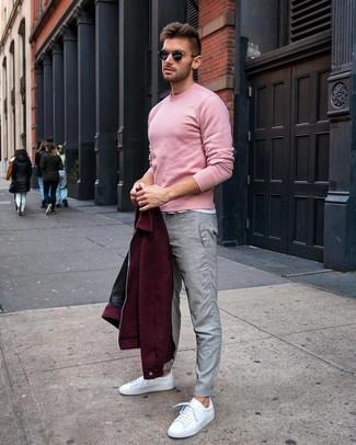 Cómo combinar: pantalón chino gris, camiseta con cuello circular blanca, jersey con cuello circular rosado, cazadora de aviador de lana burdeos