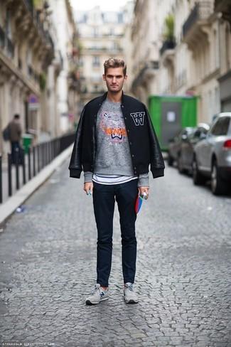 Combinar un jersey con cuello circular en gris oscuro: Utiliza un jersey con cuello circular en gris oscuro y un pantalón chino azul marino para un look diario sin parecer demasiado arreglada. ¿Por qué no añadir tenis grises a la combinación para dar una sensación más relajada?