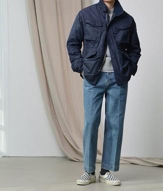 Combinar una chaqueta: Ponte una chaqueta y unos vaqueros azules para cualquier sorpresa que haya en el día. Zapatillas slip-on de lona a cuadros en negro y blanco son una opción atractiva para completar este atuendo.
