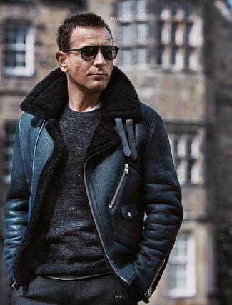 Cómo combinar: pantalón de vestir de lana a cuadros negro, camiseta con cuello circular blanca, jersey con cuello circular negro, chaqueta de piel de oveja negra