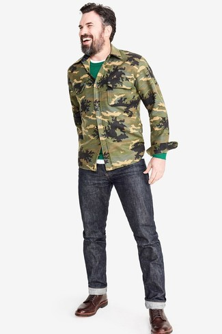 Cómo combinar: vaqueros en gris oscuro, camiseta con cuello circular blanca, jersey con cuello circular verde, chaqueta estilo camisa de camuflaje verde oliva