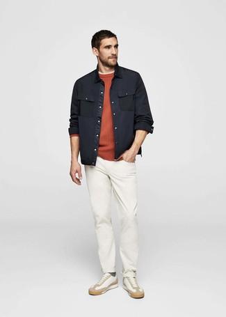 Cómo combinar: pantalón chino blanco, camiseta con cuello circular en beige, jersey con cuello circular naranja, chaqueta estilo camisa negra