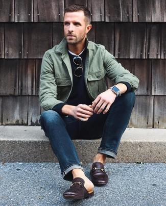 Cómo combinar: vaqueros azul marino, camiseta con cuello circular blanca, jersey con cuello circular negro, chaqueta estilo camisa verde oliva
