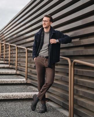 Cómo combinar: pantalón chino marrón, camiseta con cuello circular negra, jersey con cuello circular gris, chaqueta estilo camisa de lana azul marino
