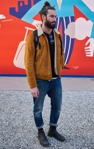 Combinar una chaqueta estilo camisa de ante en tabaco: Casa una chaqueta estilo camisa de ante en tabaco junto a unos vaqueros desgastados azul marino para cualquier sorpresa que haya en el día. Haz botines chelsea de cuero negros tu calzado para mostrar tu inteligencia sartorial.