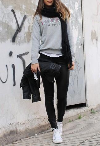 Cómo combinar: leggings de cuero negros, camiseta con cuello circular blanca, jersey con cuello circular estampado gris, chaqueta motera de cuero negra