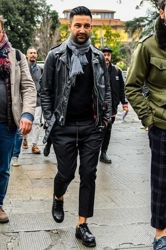 Combinar una chaqueta motera de cuero negra: Opta por una chaqueta motera de cuero negra y un pantalón chino negro para cualquier sorpresa que haya en el día. ¿Te sientes valiente? Complementa tu atuendo con zapatos derby de cuero negros.