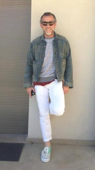 Cómo combinar: pantalón chino blanco, camiseta con cuello circular burdeos, jersey con cuello circular gris, chaqueta vaquera verde oliva