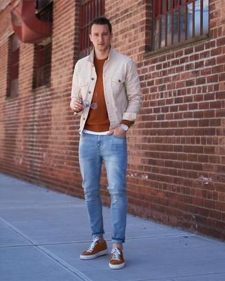 Cómo combinar: vaqueros celestes, camiseta con cuello circular blanca, jersey con cuello circular en tabaco, chaqueta vaquera en beige