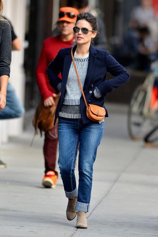 Look de moda: Vaqueros azules, Camiseta con cuello circular blanca, Jersey con cuello circular gris, Chaquetón azul marino