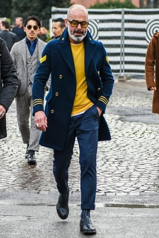Cómo combinar: pantalón de vestir azul marino, camiseta con cuello circular blanca, jersey con cuello circular amarillo, chaquetón azul marino