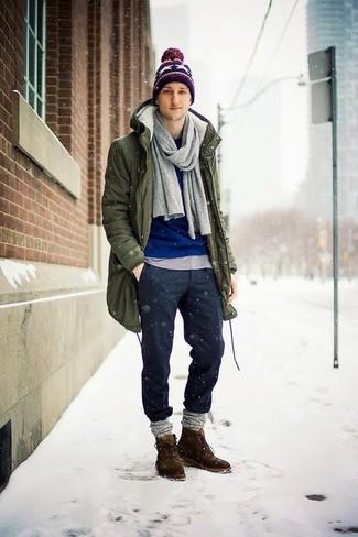 Cómo combinar: pantalón chino de lana en gris oscuro, camiseta con cuello circular gris, jersey con cuello circular azul, parka verde oliva