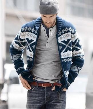 Cómo combinar: vaqueros en gris oscuro, camiseta con cuello circular azul marino, jersey con cuello henley gris, cárdigan con cuello chal de grecas alpinos en azul marino y blanco