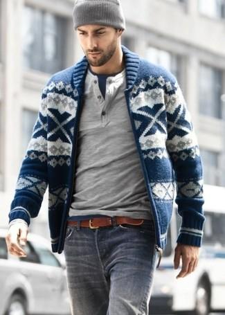 Cómo combinar: vaqueros grises, camiseta con cuello circular azul marino, jersey con cuello henley gris, jersey con cremallera de grecas alpinos azul marino