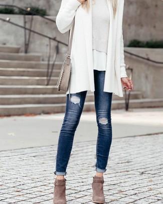 Cómo combinar: vaqueros pitillo desgastados azul marino, camiseta con cuello circular blanca, jersey corto blanco, cárdigan abierto de punto blanco