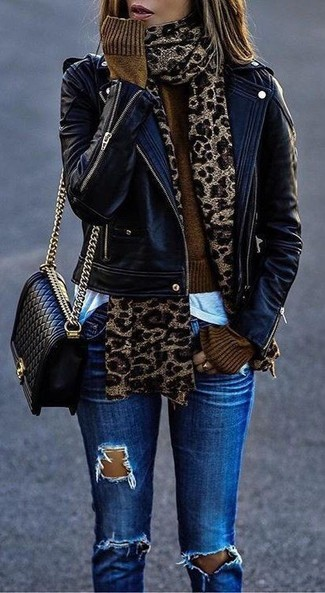 Combinar una bufanda de leopardo marrón: Muestra tu lado lúdico con una chaqueta motera de cuero negra y una bufanda de leopardo marrón.