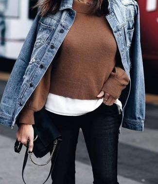 Cómo combinar: vaqueros pitillo negros, camiseta con cuello circular blanca, jersey corto marrón, chaqueta vaquera azul