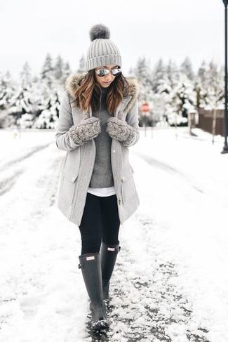 Combinar unas gafas de sol grises en clima frío: Si eres el tipo de chica de jeans y camiseta, te va a gustar la combinación de un abrigo con cuello de piel gris y unas gafas de sol grises. Si no quieres vestir totalmente formal, usa un par de botas de lluvia negras.