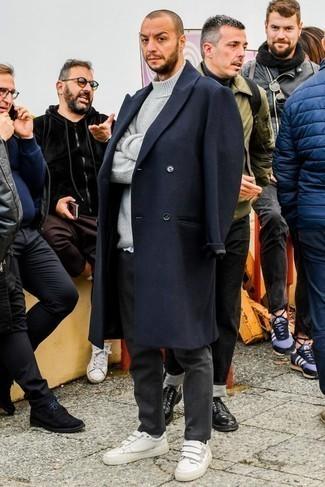 Combinar un pantalón chino en gris oscuro: Si buscas un estilo adecuado y a la moda, intenta combinar un abrigo largo azul marino junto a un pantalón chino en gris oscuro. ¿Quieres elegir un zapato informal? Haz tenis de cuero blancos tu calzado para el día.