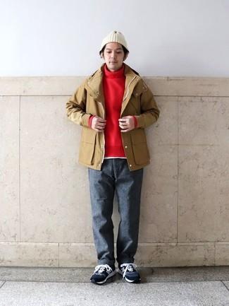 Cómo combinar: pantalón chino de lana en gris oscuro, camiseta con cuello circular blanca, jersey de cuello alto rojo, chubasquero marrón claro