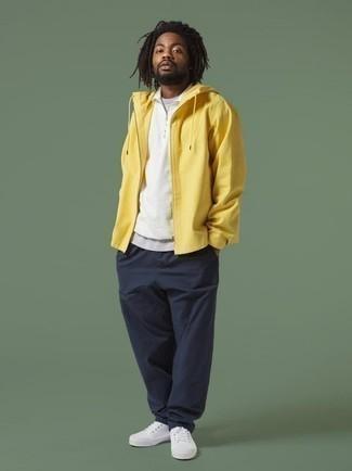 Combinar un chubasquero amarillo: Haz de un chubasquero amarillo y un pantalón chino azul marino tu atuendo para una vestimenta cómoda que queda muy bien junta. Tenis de lona blancos son una opción atractiva para complementar tu atuendo.