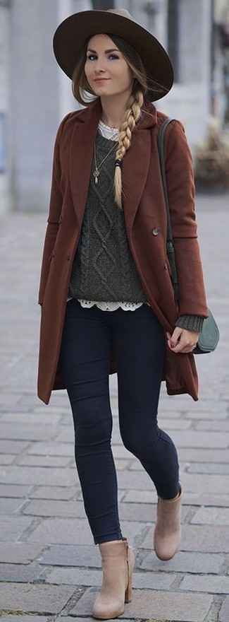 Combinar unos botines de cuero en beige: Equípate un abrigo marrón con unos vaqueros pitillo azul marino para un almuerzo en domingo con amigos. Botines de cuero en beige son una opción inigualable para completar este atuendo.