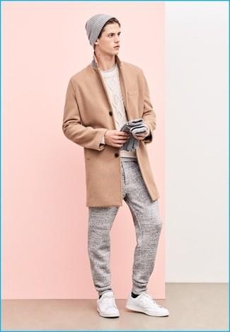 Cómo combinar: pantalón de chándal gris, camiseta con cuello circular gris, jersey de ochos blanco, abrigo largo marrón claro