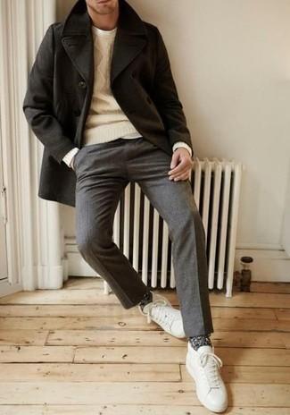 Combinar una camiseta con cuello circular blanca: Si buscas un estilo adecuado y a la moda, ponte una camiseta con cuello circular blanca y un pantalón de vestir de lana gris. ¿Quieres elegir un zapato informal? Opta por un par de tenis de cuero blancos para el día.
