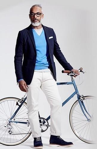 Combinar unas botas casual de ante azul marino en clima cálido: Si buscas un look en tendencia pero clásico, intenta combinar un blazer azul marino con un pantalón chino blanco. Botas casual de ante azul marino son una opción grandiosa para completar este atuendo.