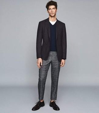 Combinar un jersey de pico azul marino: Un jersey de pico azul marino y un pantalón de vestir de tartán gris son un look perfecto para ir a la moda y a la vez clásica. Zapatos derby de cuero negros levantan al instante cualquier look simple.