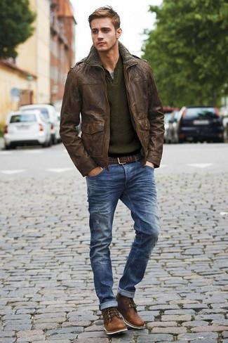 Ponte una chaqueta militar de cuero en marrón oscuro y unos vaqueros desgastados azul marino para un look agradable de fin de semana. Botas casual de cuero en marrón oscuro son una forma sencilla de mejorar tu look.